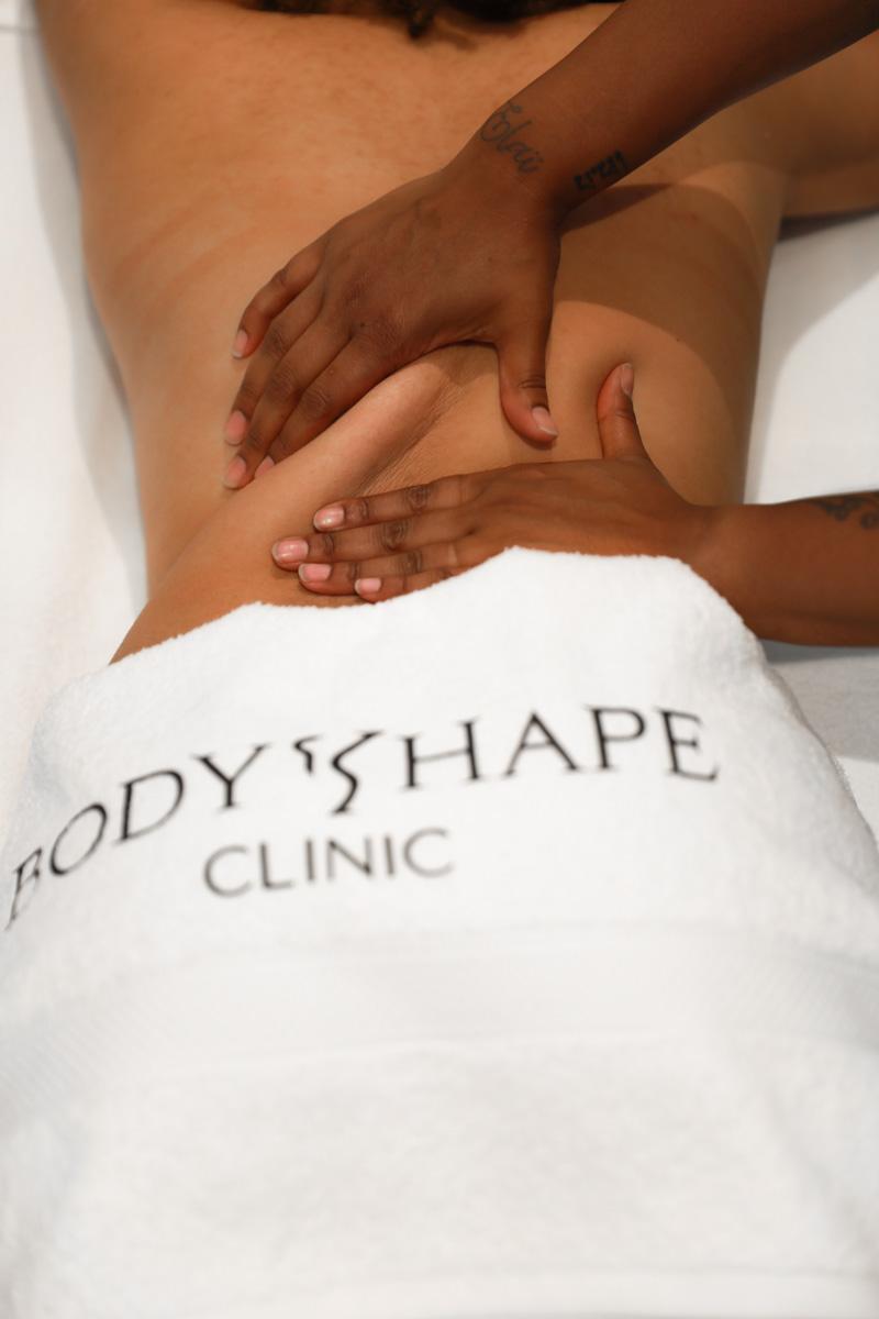 Vrouw krijgt een after lipo massage